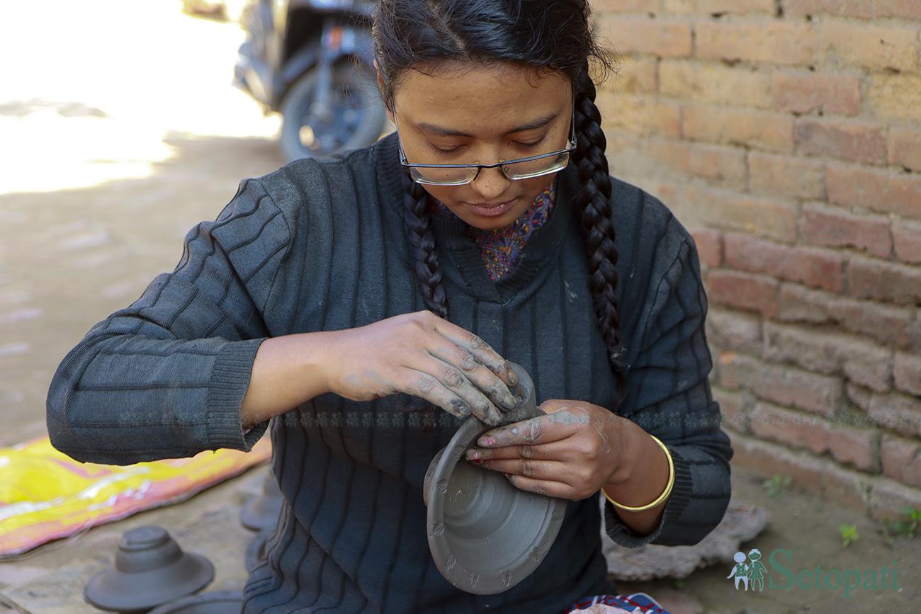 तिहारको लागि आवश्यक पर्ने माटाका भाँडा, पालाचा (पाला)  बनाउँदै एक युवती। तस्बिरः नवीनबाबु गुरूङ/सेतोपाटी