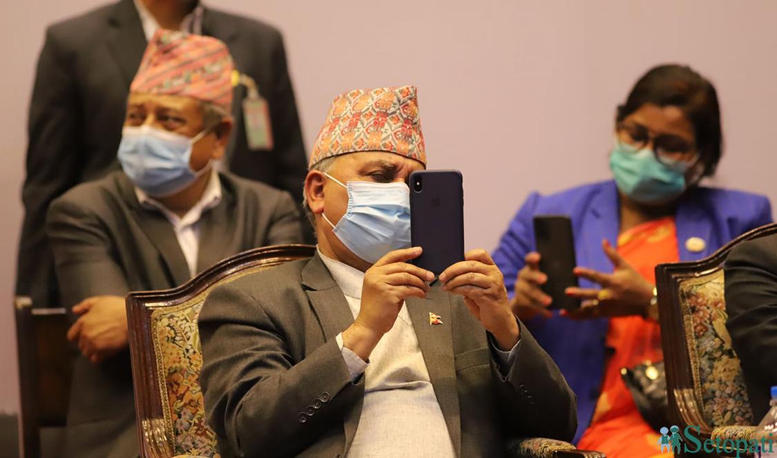 सोमबार राजधानीमा आयोजित उत्पीडित जातीय मुक्ति समाजको कार्यक्रममा मोबाइलबाट फोटो खिच्दै उपप्रधानमन्त्री ईश्वर पोखरेल । तस्बिरः निशा भण्डारी