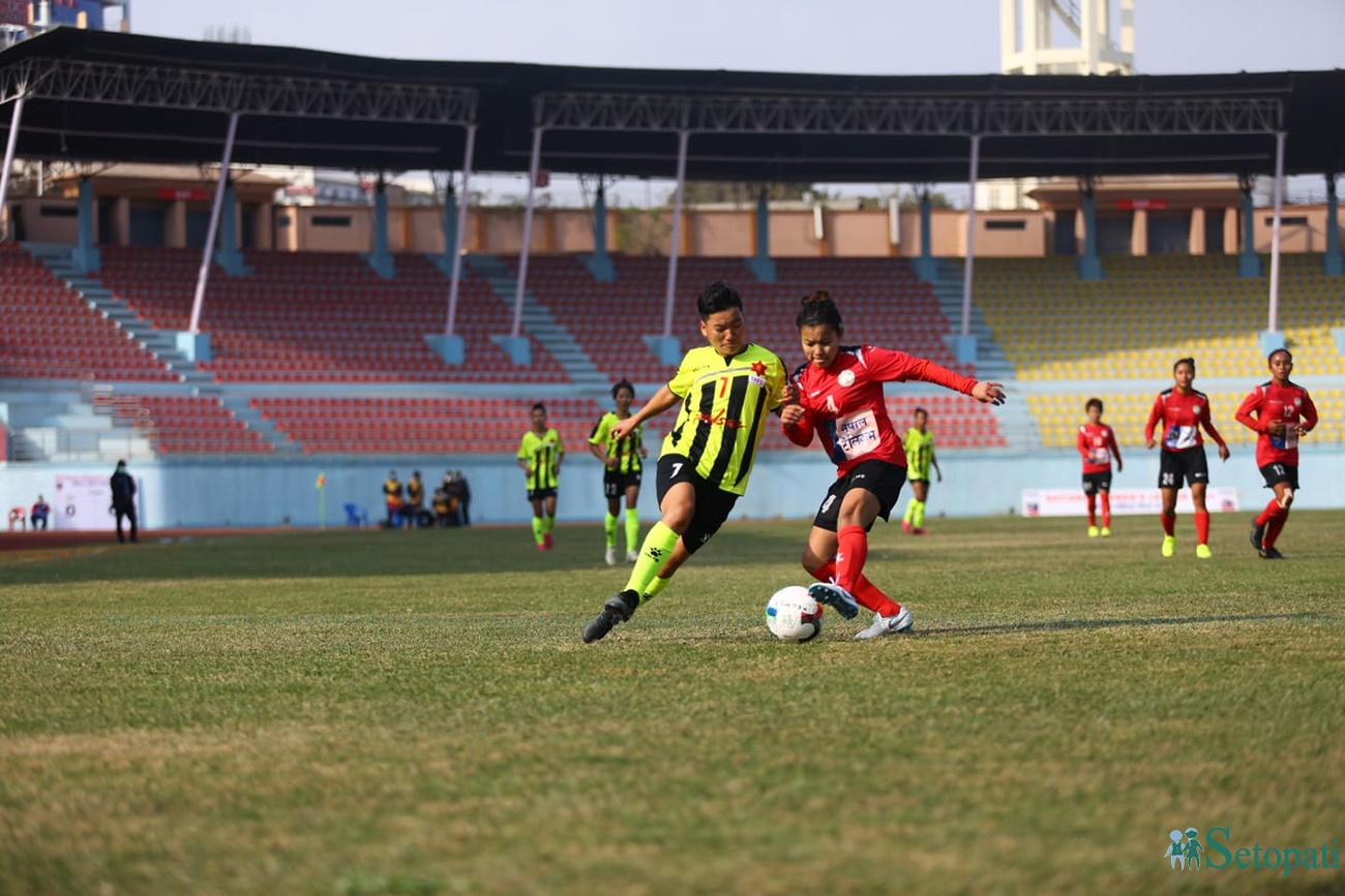 राष्ट्रिय महिला लिग फुटबलको पहिलो खेलमा दुई विभागीय टोलि त्रिभुवन आर्मी क्लब र नेपाल पुलिस क्लब एक आपसमा भिड्दै। खेल बराबरीमा टुंगिएको छ। तस्बिरः निशा भण्डारी