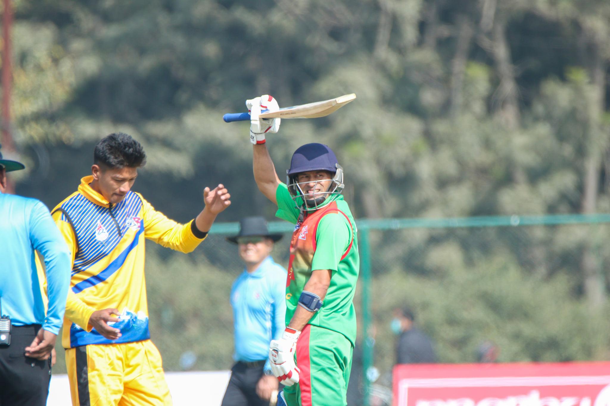 चौथो संस्करणको प्रधानमन्त्री कप राष्ट्रिय एकदिवसिय क्रिकेट प्रतियोगिता पहिलो खेलमा गण्डकीविरुद्ध शतक प्रहार गरेका आर्मीका कप्तान विनोद भण्डारी। तस्बिरः क्यान