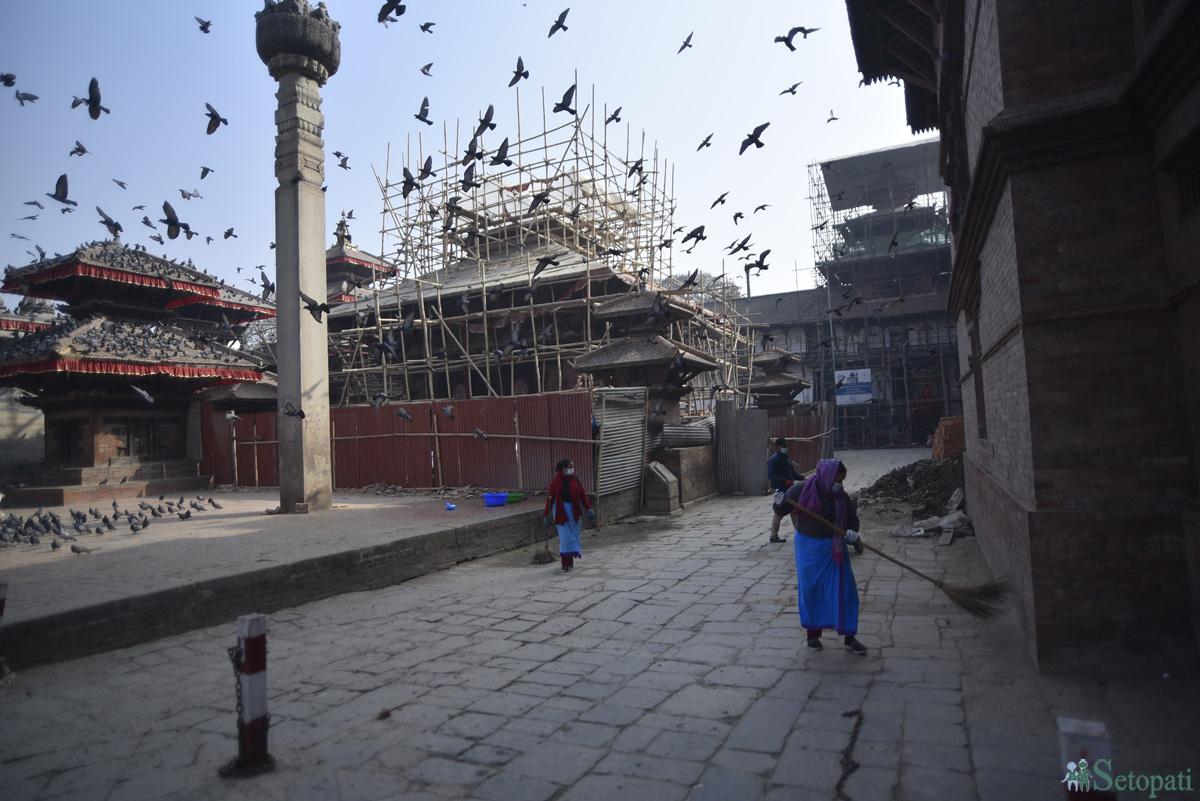 काठमाडौंको बसन्तपुर दरवार स्क्वायर परिसरमा सोमबार बिहान सफाई गर्दै काठमाडौं महानगरपालिका कर्मचारी। तस्बिरः नारायण महर्जन