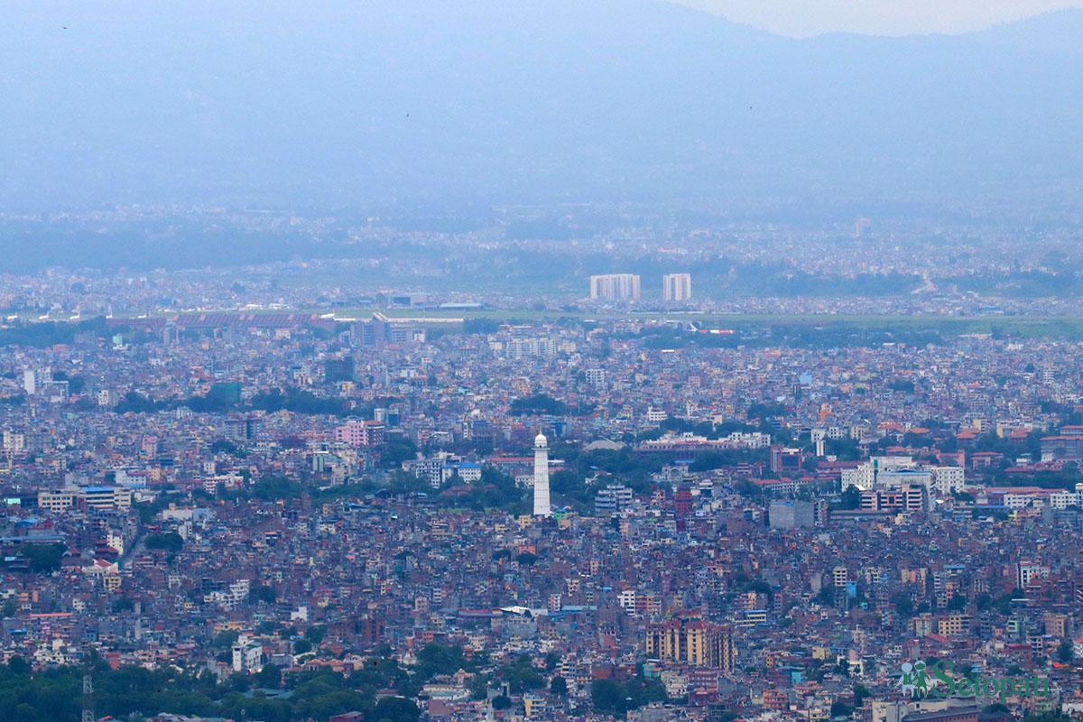 काठमाडौंको दहचोकबाट देखिएको धरहरा र काठमाडौं सहर। तस्बिरः सुशन चौधरी/सेतोपाटी