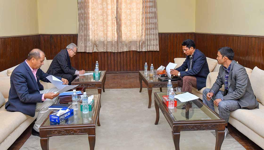सरकार र नेत्रविक्रम चन्द नेतृत्वको नेपाल कम्युनिष्ट पार्टीबीच बिहिबार भएको तीन बुँदे सहमतिमा हस्ताक्षर गर्दै वार्ता टोलीका सदस्यहरू। तस्बिरः प्रधानमन्त्रीको सचिवालय
