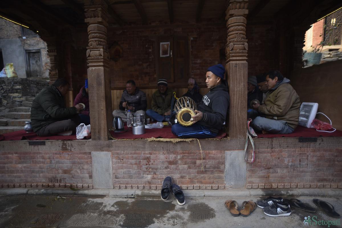 कीर्तिपुरको तन्नी टोलमा बिहानको भजन गर्दै स्थानीय। तस्बिरः नारायण महर्जन