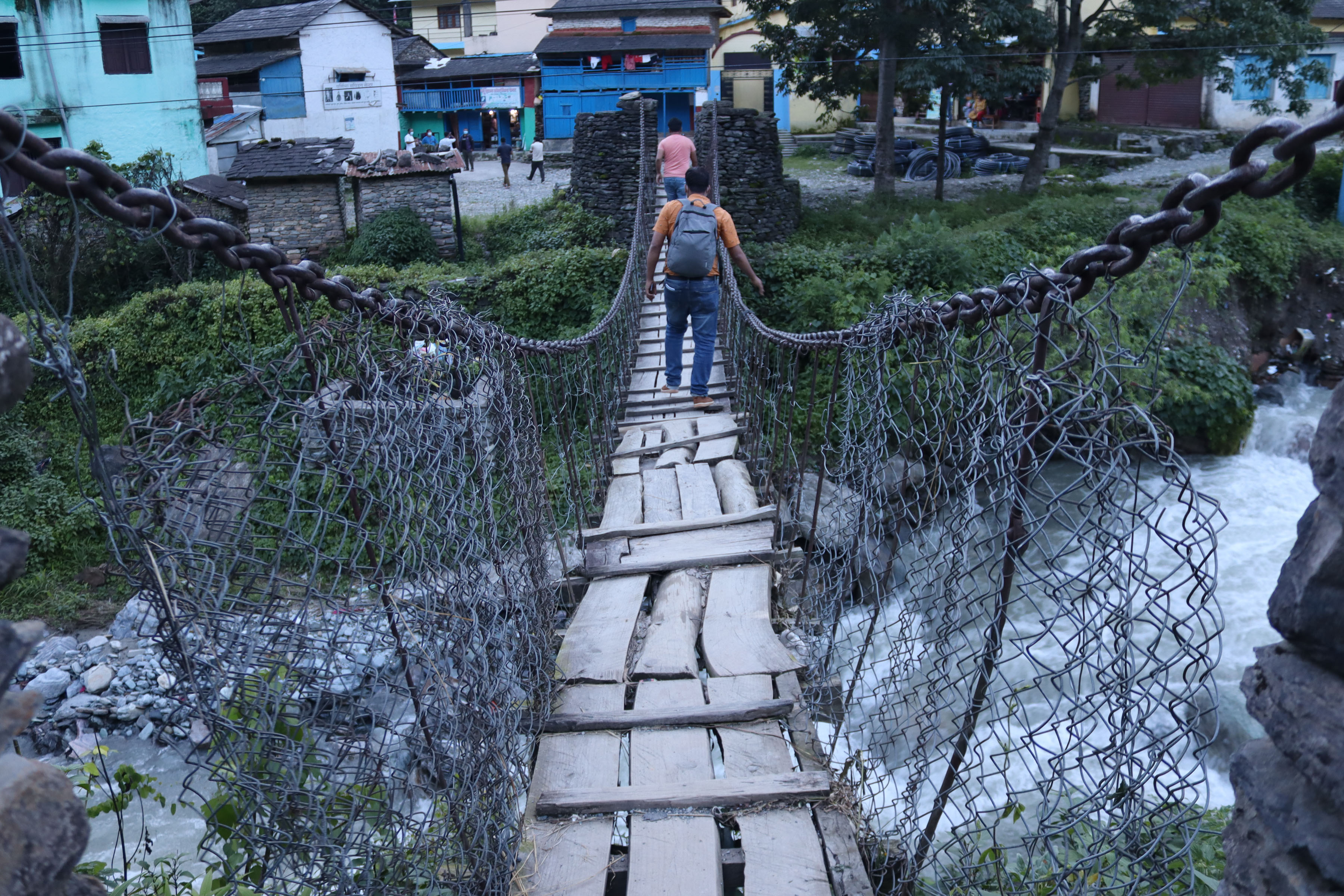 बागलुङको गलकोट नगरपालिका-२, नरेठाँटीस्थित गौदी खोलामाथिको जीर्ण अवस्थामा रहेको झोलुङ्गे पुल। तस्बिरः रासस