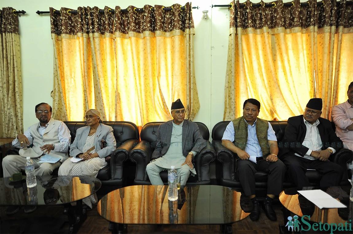 सरकारले ल्याएको बजेटबारे साझा धारणा तय गर्न बुधबार सिंहदरबारमा बसेको नेपाली कांग्रेस संसदीय दलको बैठक । तस्बिरः नारायण महर्जन/सेतोपाटी