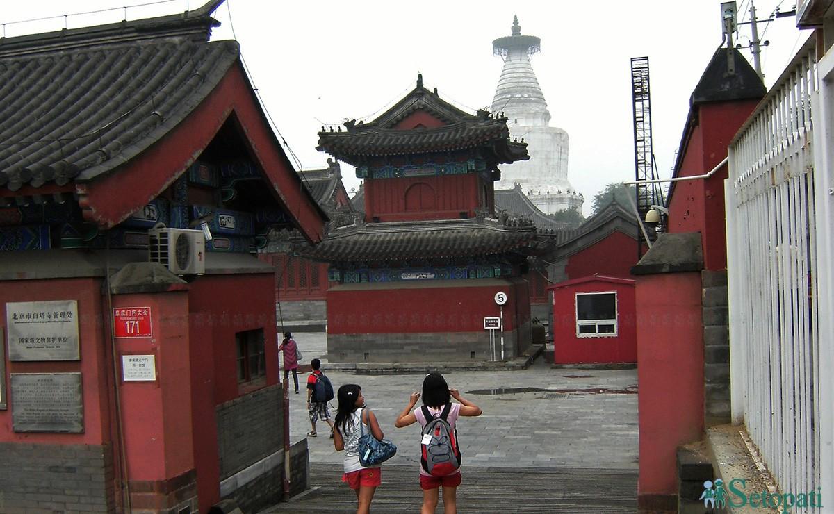 बेइजिङको म्याउ यिङ श महाविहारभित्र रहेको अरनिकोद्वारा निर्मित श्वेत चैत्य (सबै तस्बिरहरूः गिरीश गिरी)