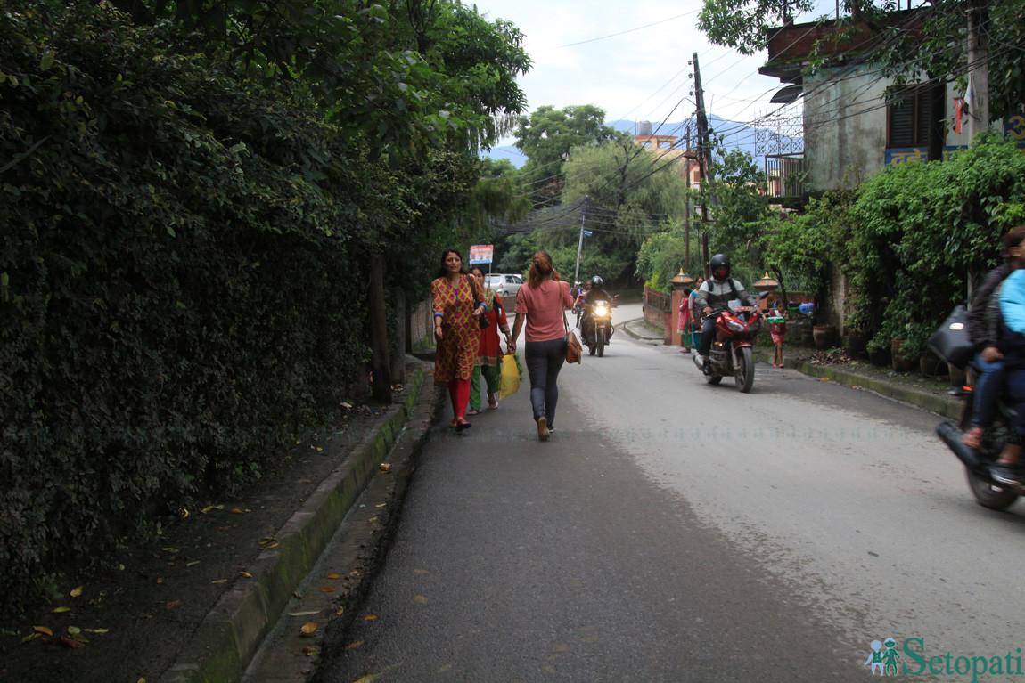 साँघुरो सडकमा गाडी र पैदलयात्रु सँगसँगै हुनुपर्छ। छेउमा फुटपाथ हो? तस्बिरः निशा भण्डारी/सेतोपाटी