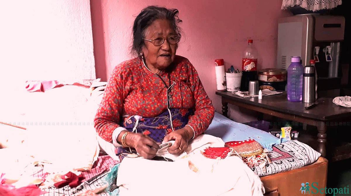 ९६ वर्षको उमेरमा पनि आफ्नो सीपलाई पूजा गर्छिन् देवमाया मानन्धर! भन्छिन्, 'सियोमा धागो हाल्न सक्दैन। तर थैली बनाउँछ।