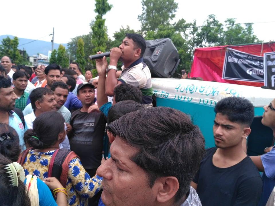 कञ्चनपुरमा १३ वर्षिया निर्मलाको हत्यामा प्रहरीले वास्तविक अभियुक्तलाई सार्वजनिक नगरेको भन्दै मंगलबार कञ्चनपुरमा गरेको विरोध कार्यक्रम। तस्बिरः दिनेश एफएम