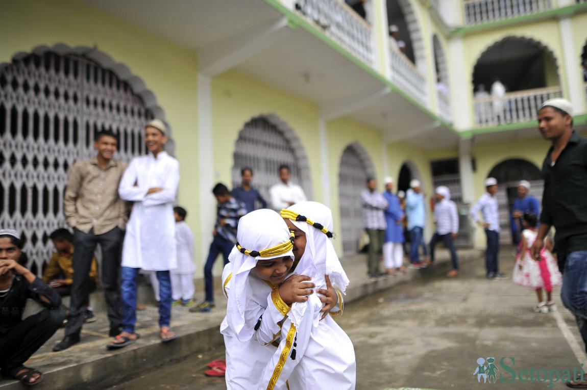 काठमाडौंको जामे मस्जिदमा बुधबार बकरइदको अवसरमा अंगालो मार्दै दुई मुस्लिम बालकहरू। तस्बिरः नारायण महर्जन