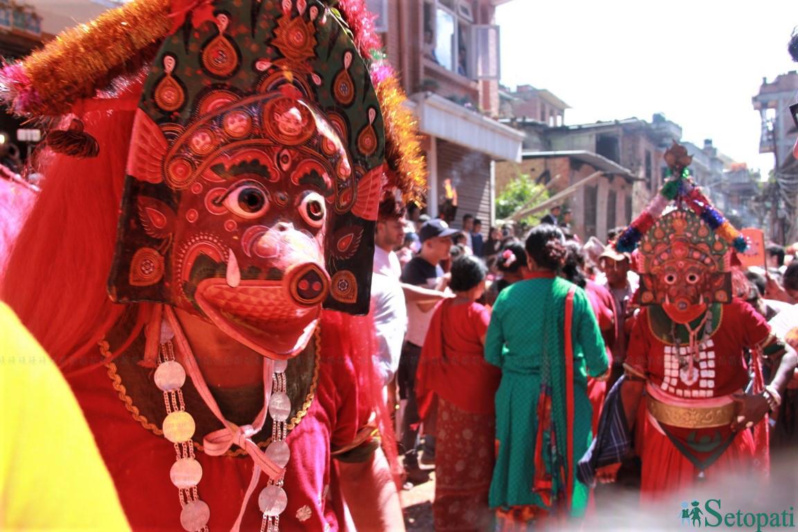 भक्तपुरको बोडेमा शनिबार निल बाराही नाच देखाउँदै स्थानीय देवगणहरू। तस्बिरःसुरेन्द्र राना
