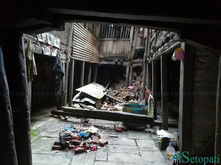 काठमाडौंको पुरानो बस्ती किलागल, दम्बचोकका पुराना घर। यस्ता ५४ घर भत्काएर अपार्टमेन्ट बनाउन खोजिँदैछ। जिर्णोद्धार विकल्प हुँदाहुँदै पुरानो बस्ती मास्न खोजेको भन्दै सम्पदाविद्हरुले विरोध गरेका छन्। तस्बिर (सेतोपाटीका लागि): आलोकसिद्धि तुलाधर