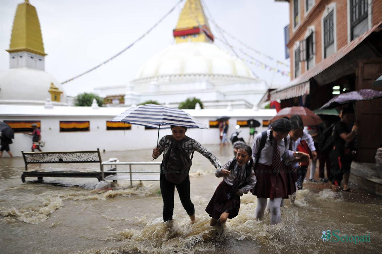 बिहिबार दिउँसो परेको वर्षाले जलमग्न बौद्ध परिसर। तस्बिरः नारायण महर्जन/सेतोपाटी