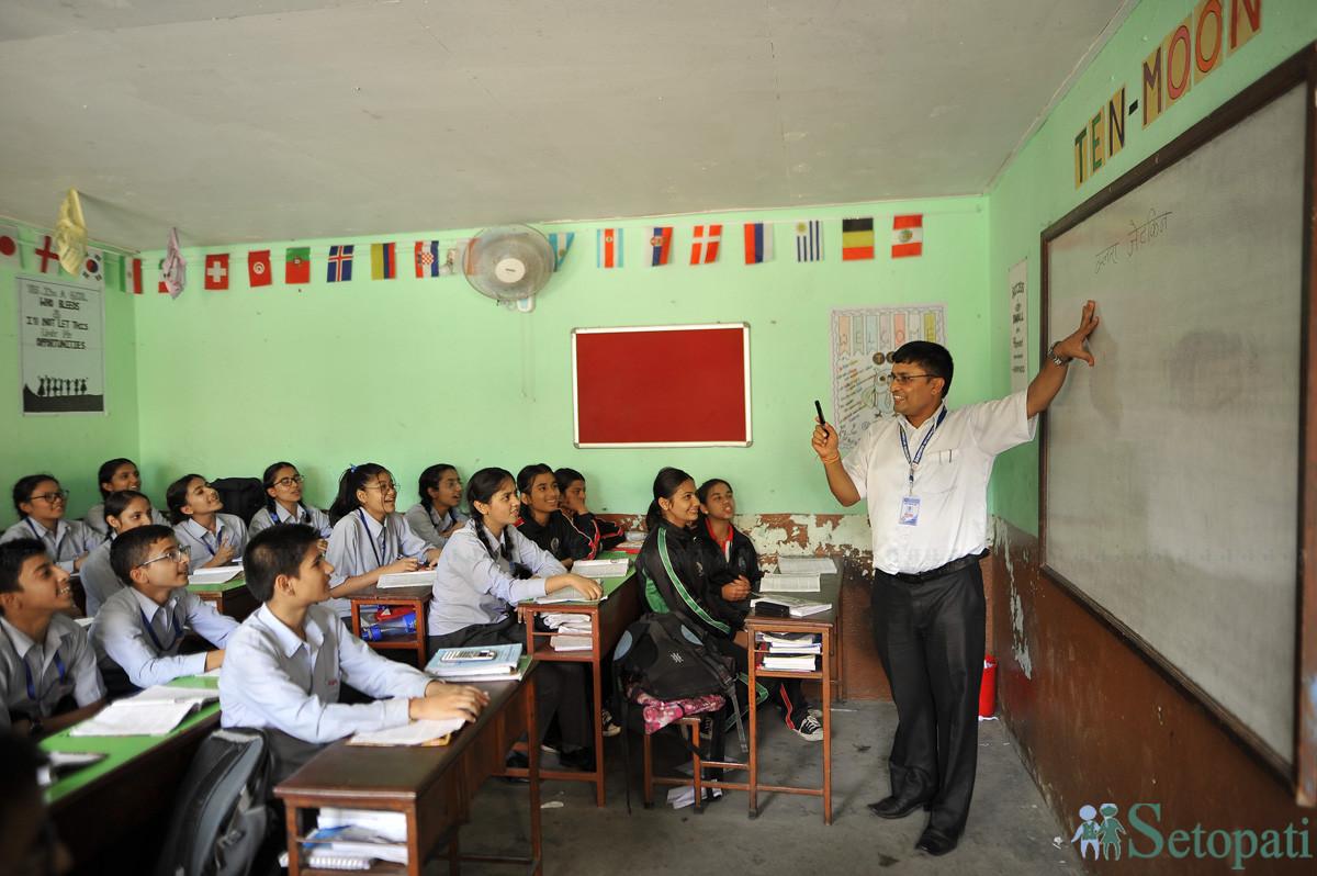 अवेरनेस स्कुलमा विमल घिमिरे र उनका विद्यार्थी। तस्बिहरूः नारायण महर्जन/सेतोपाटी