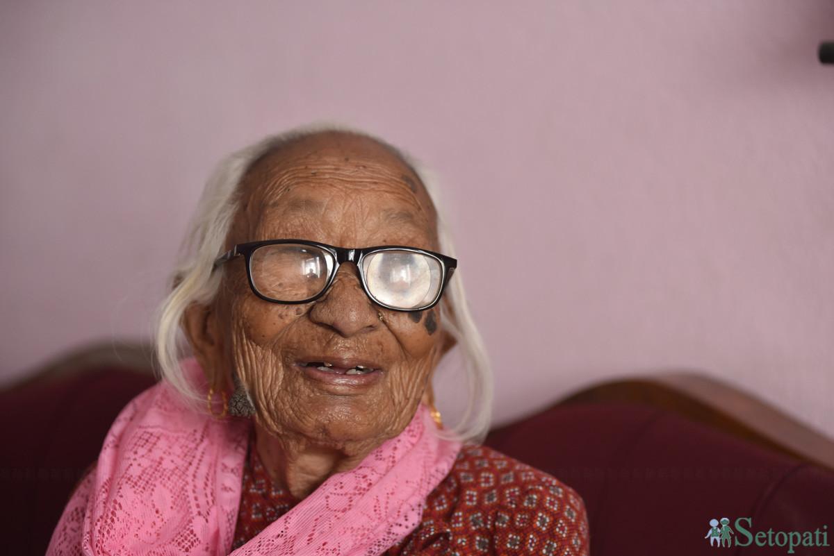 दोलखामा जन्मेर पर्सामा आधा जीवन बिताएर काठमाडौंमा रमाइरहेकी जमुना। उनी गत साउनमा १०० वर्ष पुगिन्। तस्बिरः नारायण महर्जन/सेतोपाटी