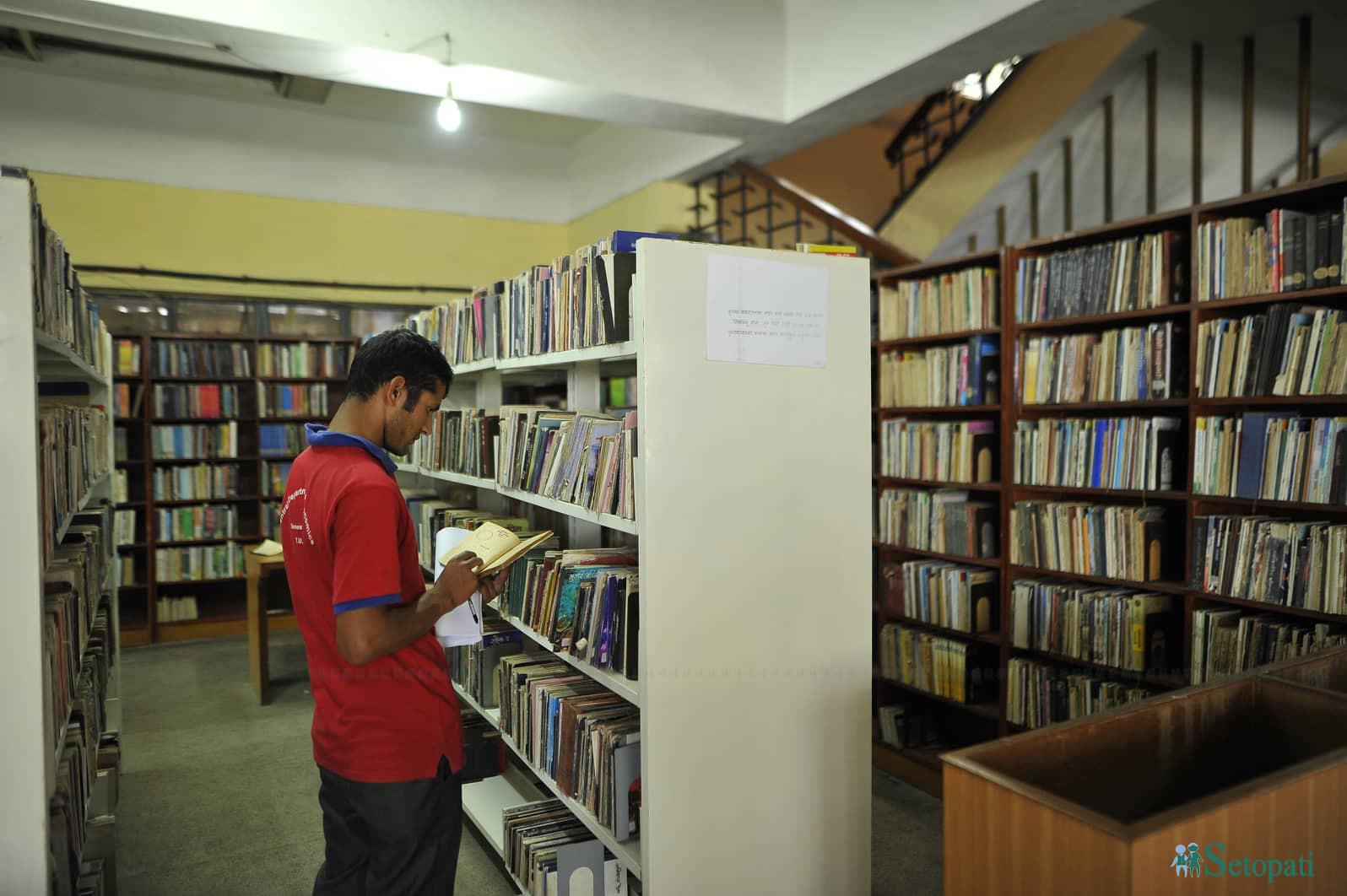 त्रिवि केन्द्रीय पुस्तकालयमा पुस्तक पढ्दै एक युवा।तस्बिरः नारायण महर्जन
