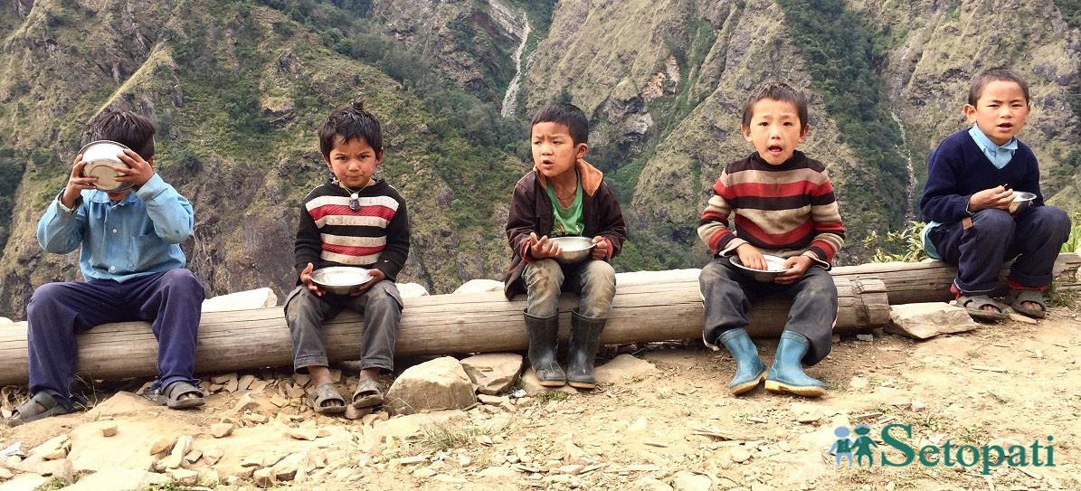 सिन्धुपाल्चोक, टेम्पाथाङ गाउँका विद्यार्थी। तस्बिर: गिरीश गिरी/सेतोपाटी