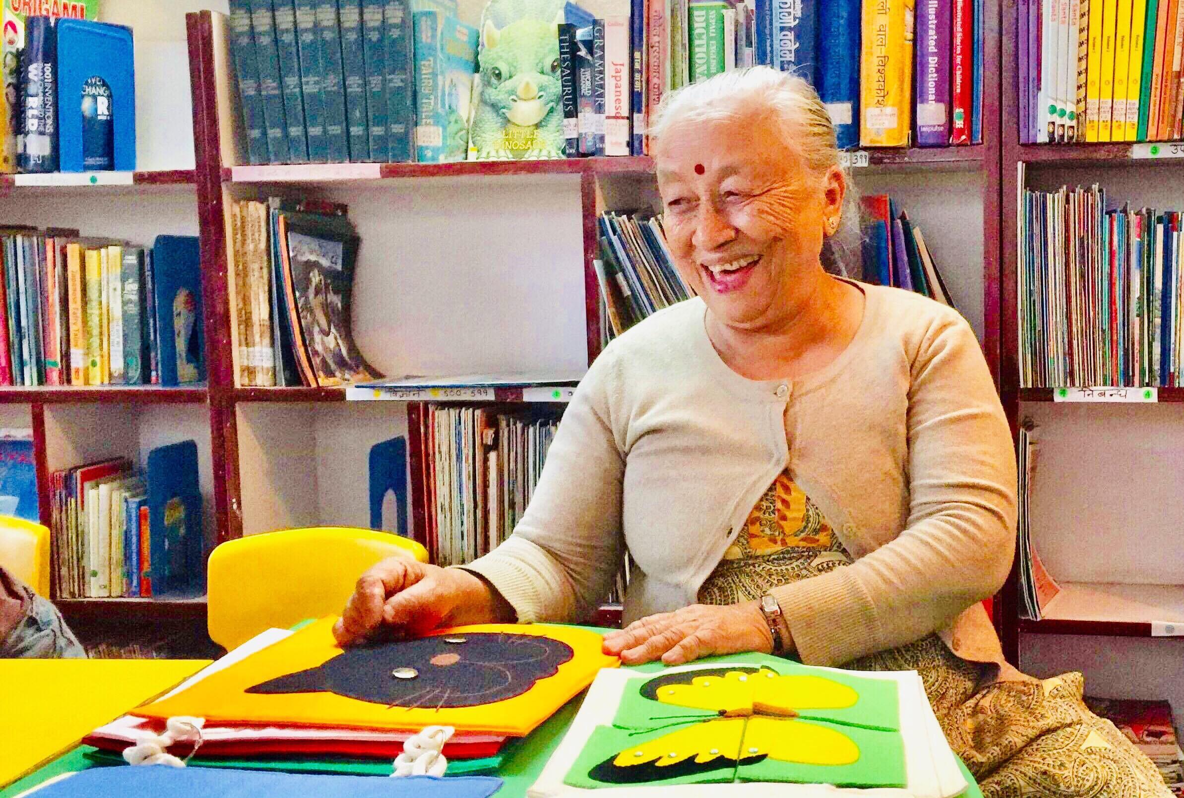 पुस्तकालयमा ७० वर्षीय ईन्दिरा। तस्बिरः शान्ति तामाङ