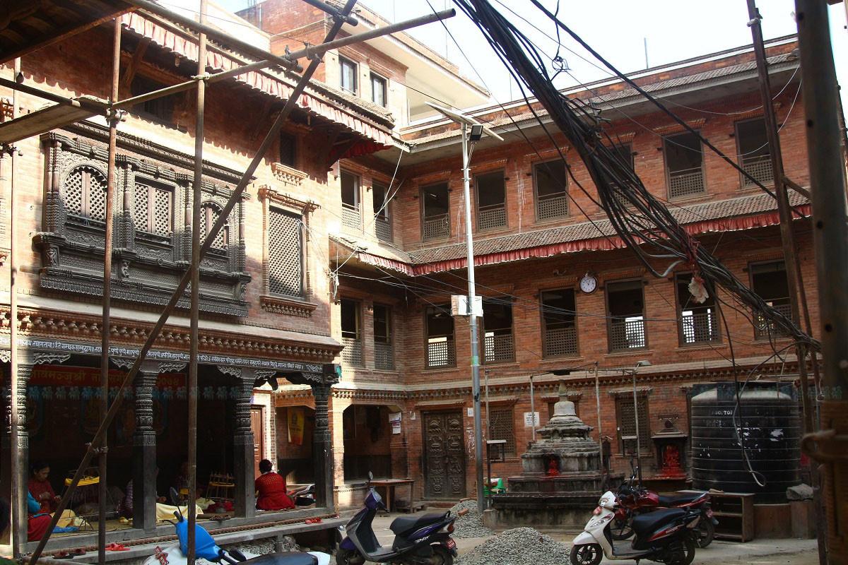 ललितपुरको पिलाछेँमा पुनर्निर्माण हुँदै गरेका मौलिक शैलीका घर। तस्बिरः निशा भण्डारी/सेतोपाटी