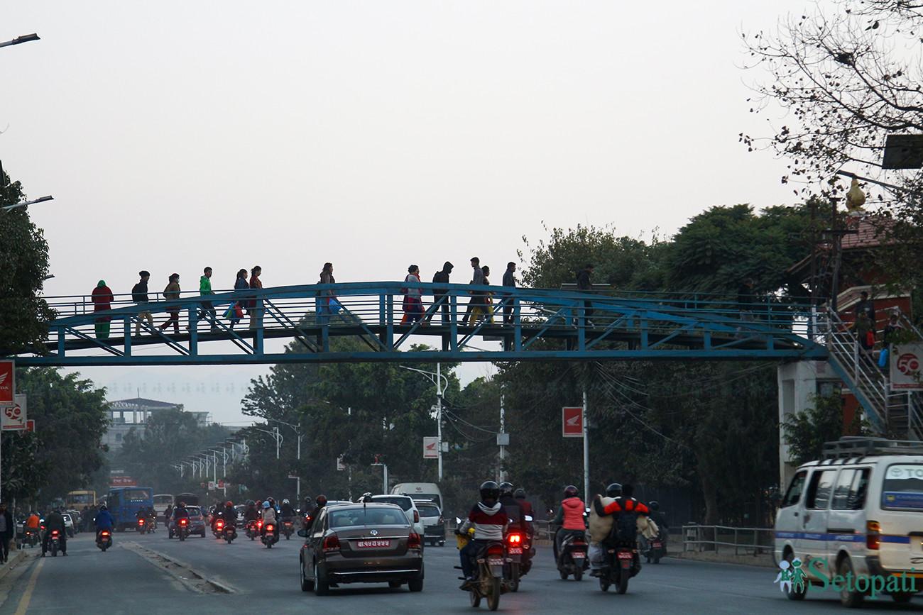 काठमाडौंको रत्नपार्कमा नेपाल विद्युत प्राधिकरण अगाडि बनेको आकाशे पुल। तस्बिरः निशा भण्डारी/सेतोपाटी