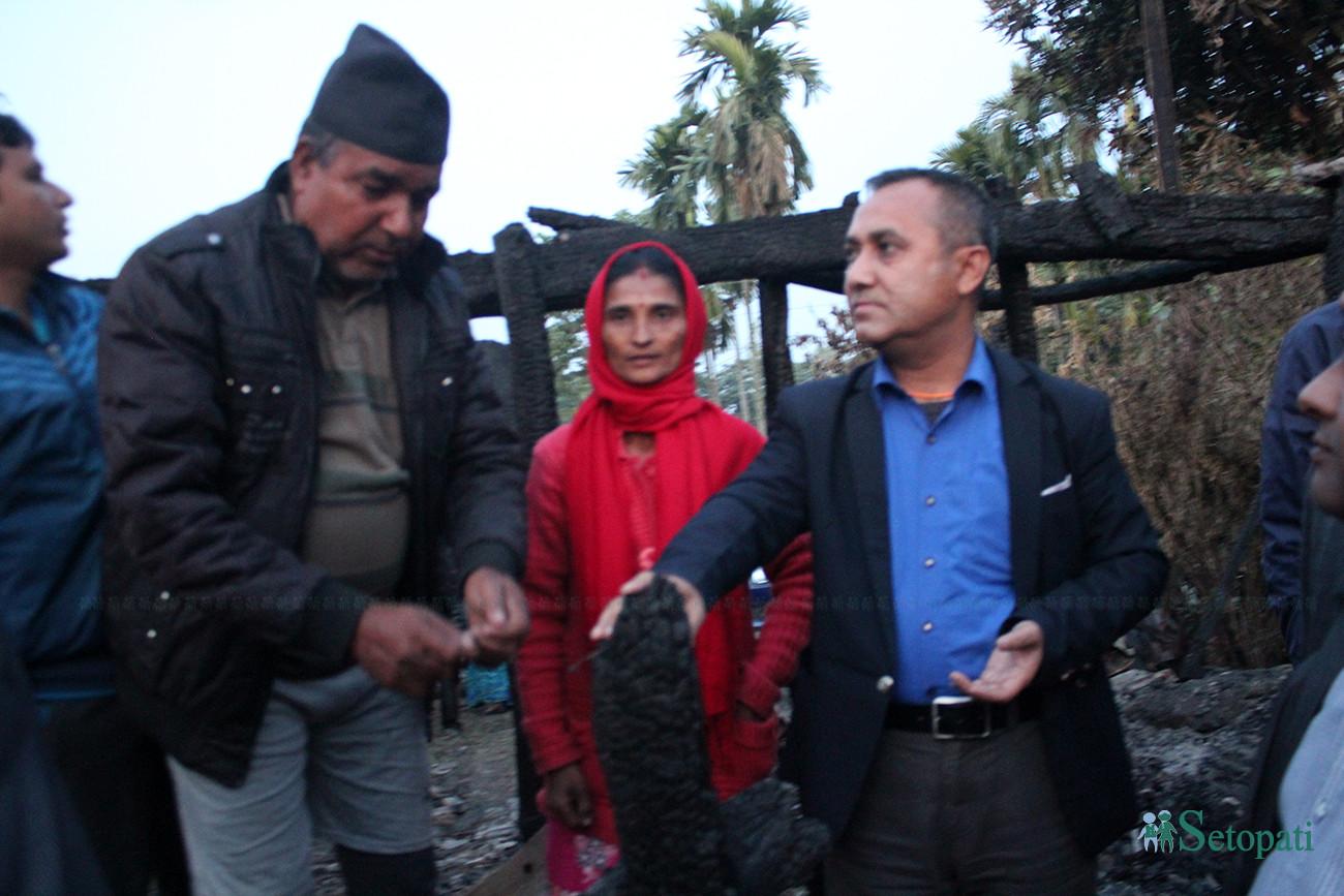घटनास्थल पुगेका नेपाली कांग्रेसका प्रवक्ता विश्वप्रकाश शर्मा। तस्बिरः बिनोद सापकोटा