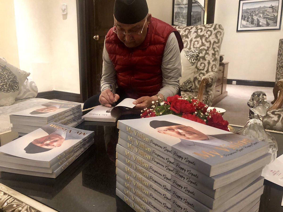 होटल सोल्टीमा आफ्नो पुस्तक 'माइ भिजन, प्रस्परस नेपाल, ह्यापी नेपाली' मा हस्ताक्षर गर्दै प्रधानमन्त्री ओली। तस्बिर : प्रधानमन्त्रीका प्रमुख सल्लाहकार विष्णु रिमालको ट्विट।
