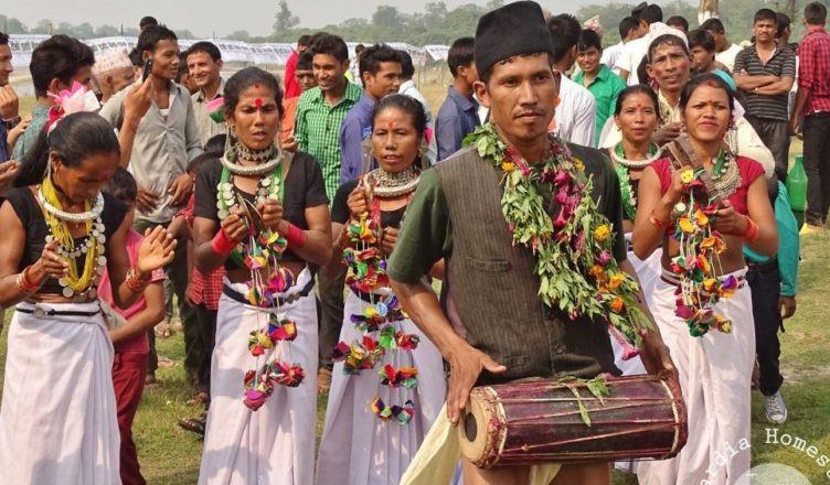 सुर्खेतका थारू समुदाय परम्परागत पोशाकमा। तस्बिरः सेतोपाटी
