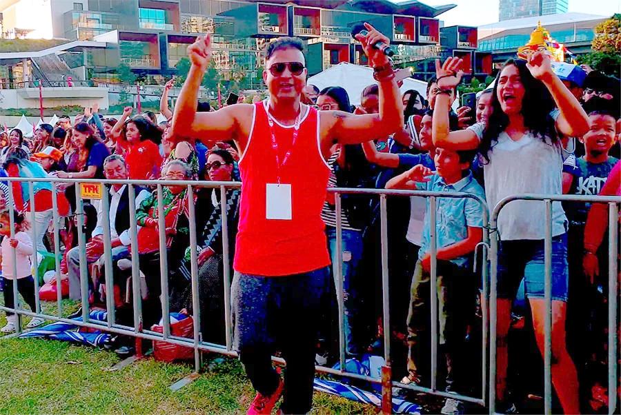 गायक समिर आचार्य अष्ट्रेलियाको सिड्नीमा आयोजना भएको 'नेपाल फेस्टिवल'मा 'हटी होइन डटी लड्ने' गीत गाएपछि