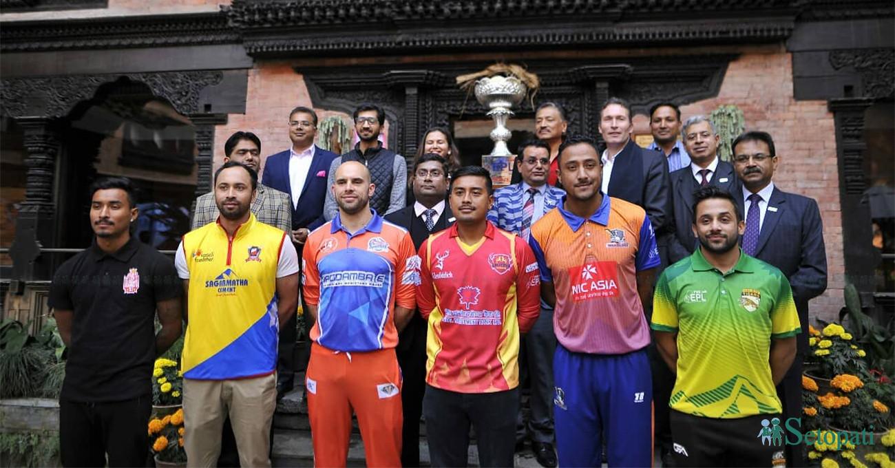 'इपिएल' टी–२० क्रिकेट प्रतियोगिताका ट्रफी सार्वजनिक पछि सामूहिक तस्बिर खिँचाउँदै कप्तानसहित अन्य पदाधिकारीहरू। तस्बिरः नारायण महर्जन
