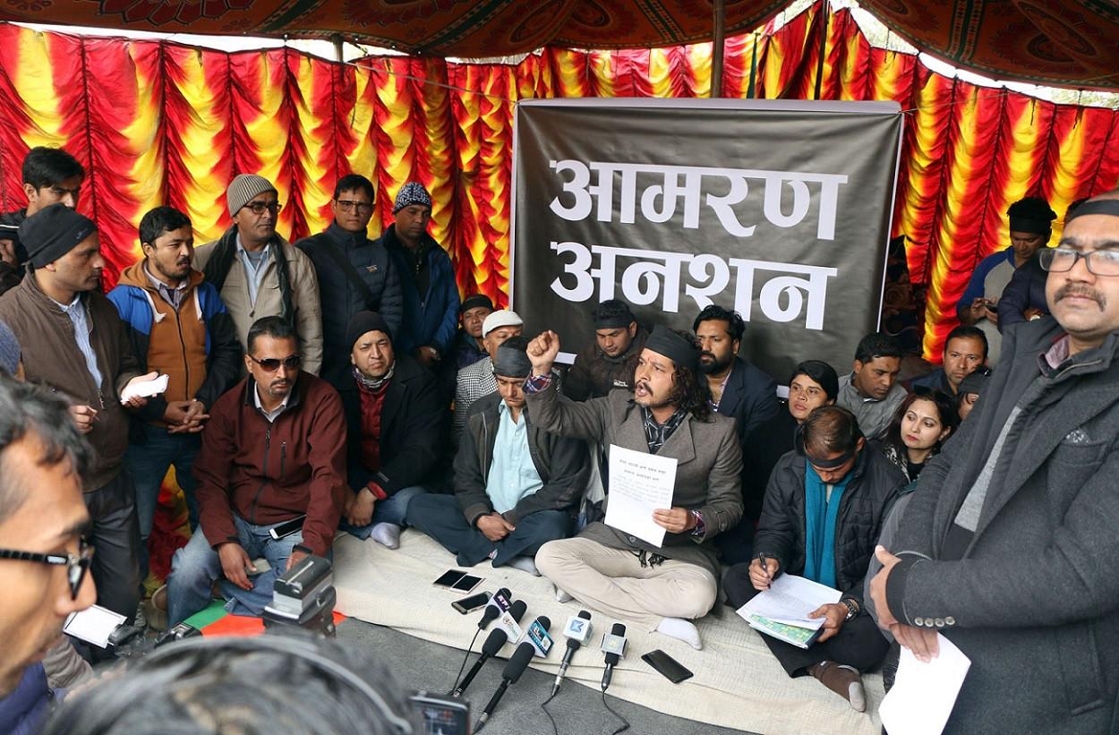 पुँजी बजार सुधार र विस्तारको माग गर्दै नेपाल स्टक एक्सचेन्ज परिसरमा आमरण अनसन बसेका लगानीकर्ता आफ्नो मागबारे पत्रकारलाई जानकारी गराउदै । तस्वीरः नवीन पौडेल/रासस