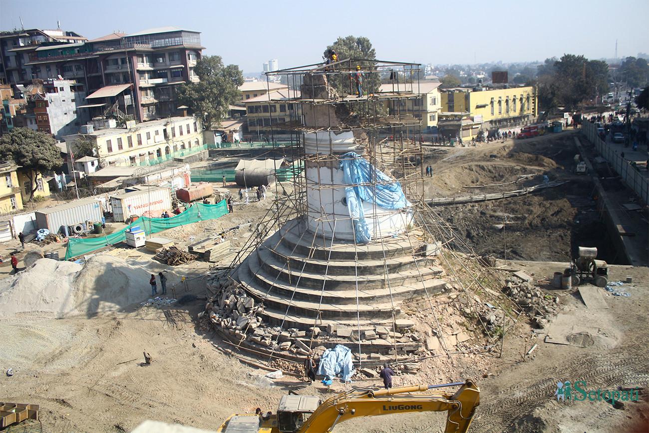 २०७३ सालको महाभूकम्पले भत्काएको धरहरालाई संरक्षणका लागि तयार पार्दै कामदारहरू। तस्बिरः निशा भण्डारी