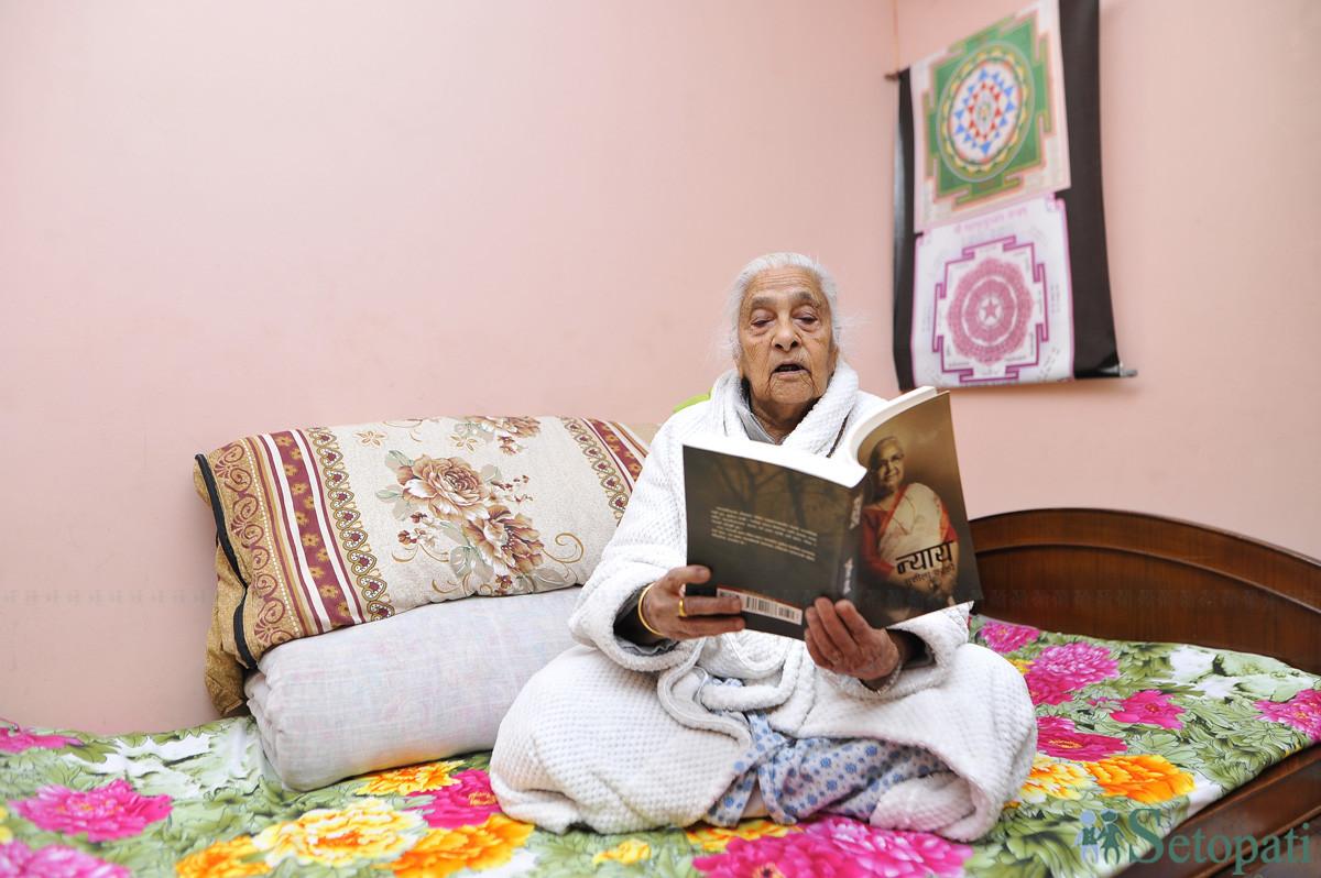९५ वर्षीया इन्द्रमाया पौडेल। तस्बिरः नारायण महर्जन/सेतोपाटी
