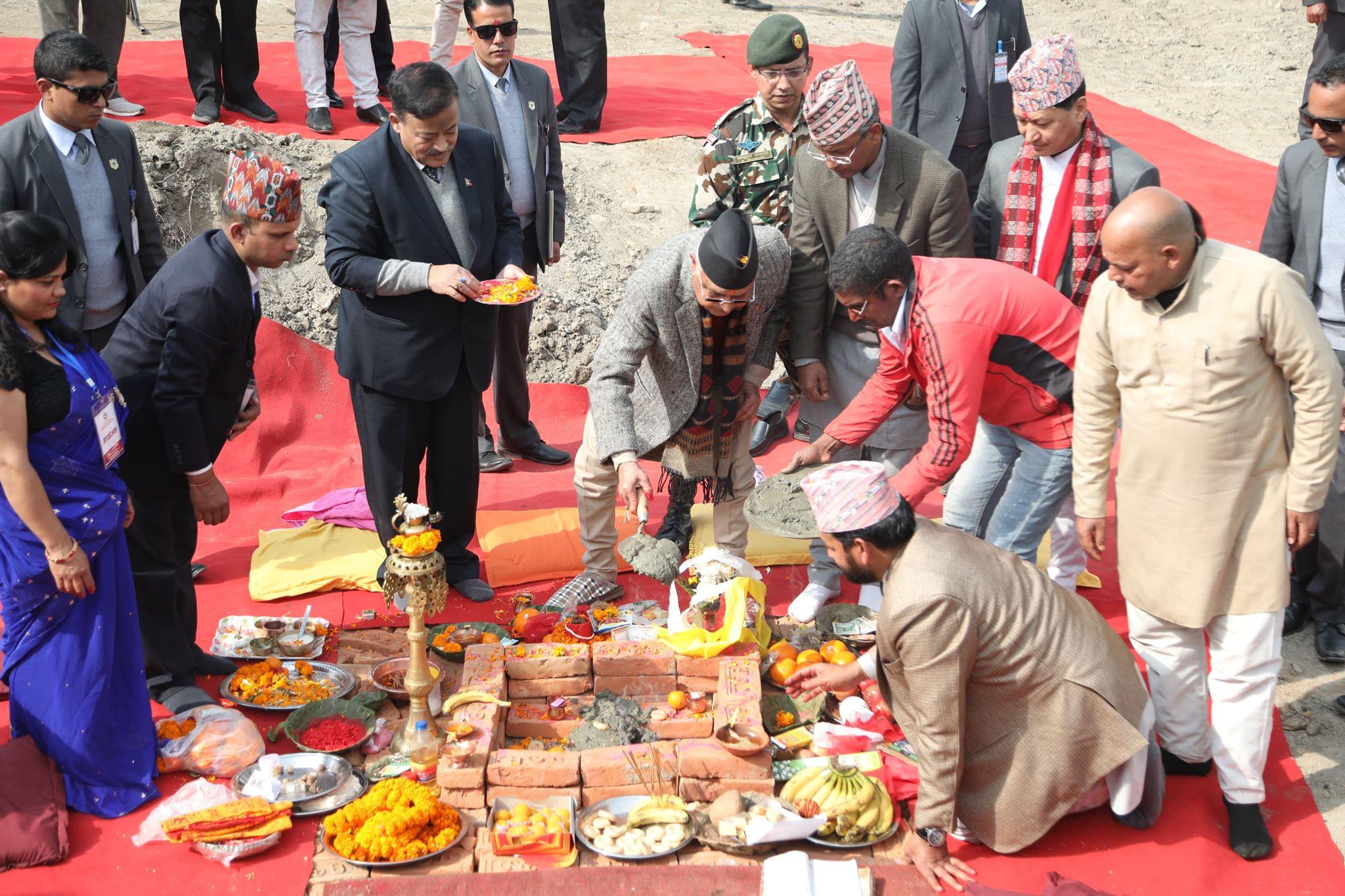 प्रधानमन्त्री केपी शर्मा ओली बिहीबार चोभारमा निर्माण गरिने काठमाडौँ सुक्खा बन्दरगाहको शिलान्यास गर्दै । तस्बिरः सेतोपाटी