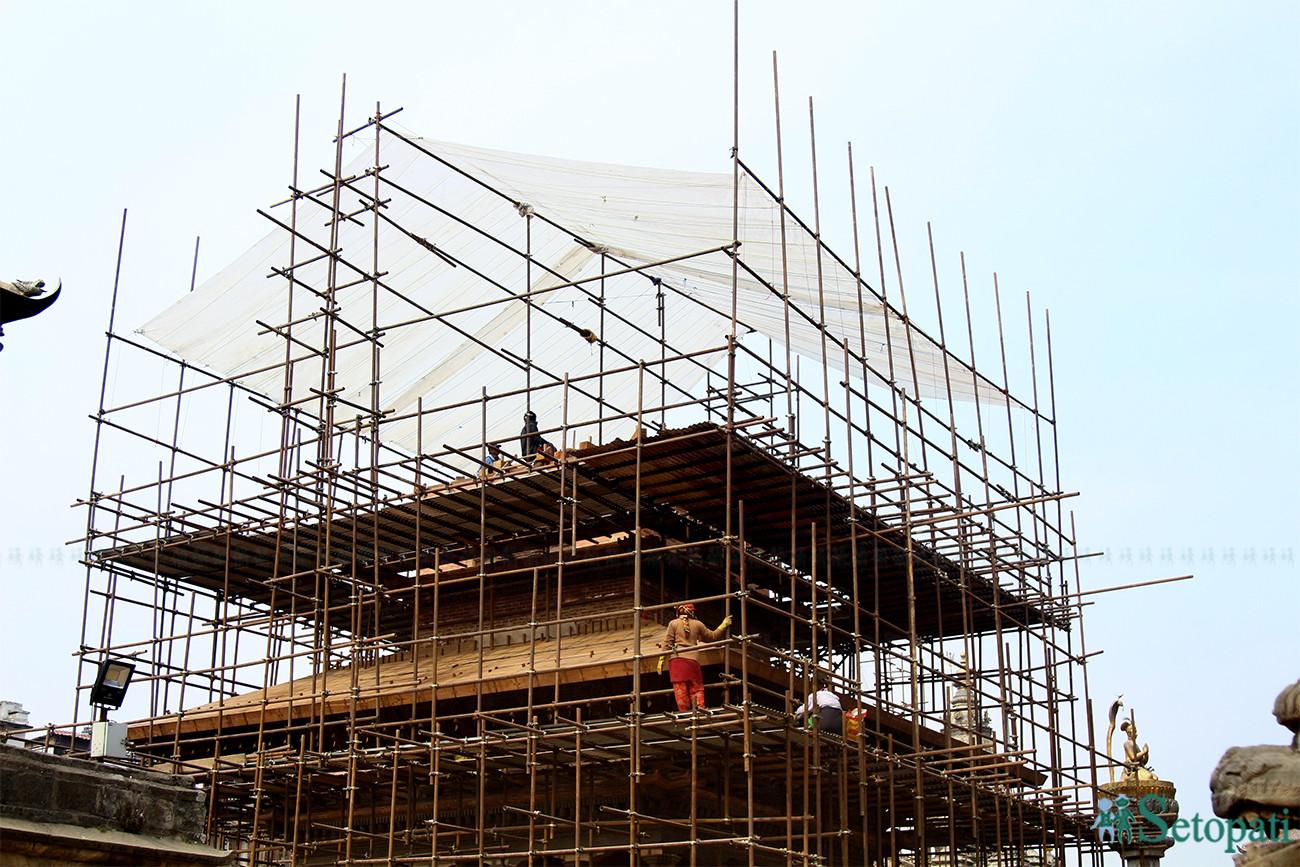 पाटन दरबार परिसरमा रहेको हरिशंकर मन्दिरको पुनर्निर्माण गर्दै कामदारहरू। तस्बिरः निशा भण्डारी