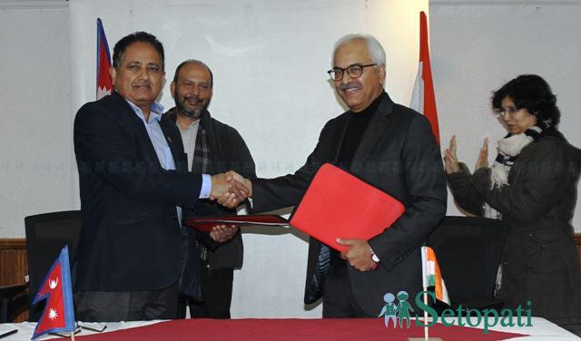सहमतिपत्र साटासाट गर्दै उर्जासचिव घिमिरे र भारतीय समकक्षी  भल्ला। तस्बिर : सागरराज तिमिल्सिना/ सेतोपाटी