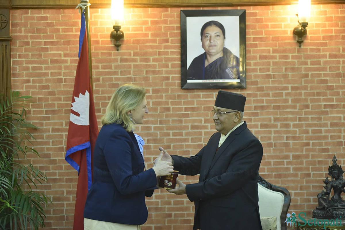 प्रधानमन्त्री केपी ओलीलाई जन्मदिनको अवसरमा उपहार दिँदै अष्ट्रीयाकी विदेश मामिला मन्त्री केरिन क्नाइसल । तस्बिरः नारायण महर्जन/सेतोपाटी