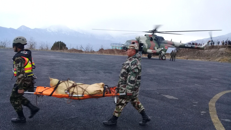 ताप्लेजुङमा बुधबार हेलिकप्टर दुर्घटनामा परी मृत्यु भएकाको शव नेपाली सेनाले घटनास्थलबाट सुकेटार विमानस्थलमा ल्याए पछि काठमाण्डौ ल्याउने तयारी गर्दै । तस्बिरः नारायण ढुंगाना, रासस