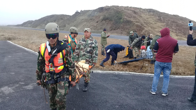 ताप्लेजुङमा बुधबार हेलिकप्टर दुर्घटनामा परी मृत्यु भएकाको शव नेपाली सेनाले घटनास्थलबाट सुकेटार विमानस्थलमा ल्याए पछि काठमाण्डौ ल्याउने तयारी गर्दै। तस्वीरः नारायण ढुंगाना/ रासस
