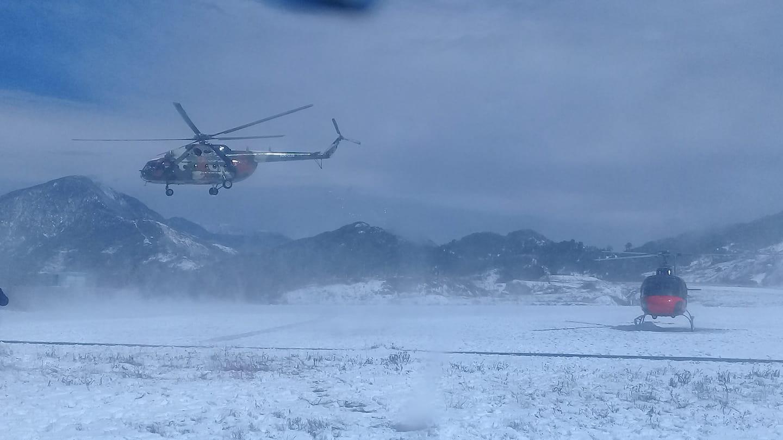 सुकेटार विमानस्थलबाट शव लिएर काठमाडौंका लागि उडेको नेपाली सेनाको हेलिकप्टर। तस्बिरः नारायण ढुंगाना/रासस