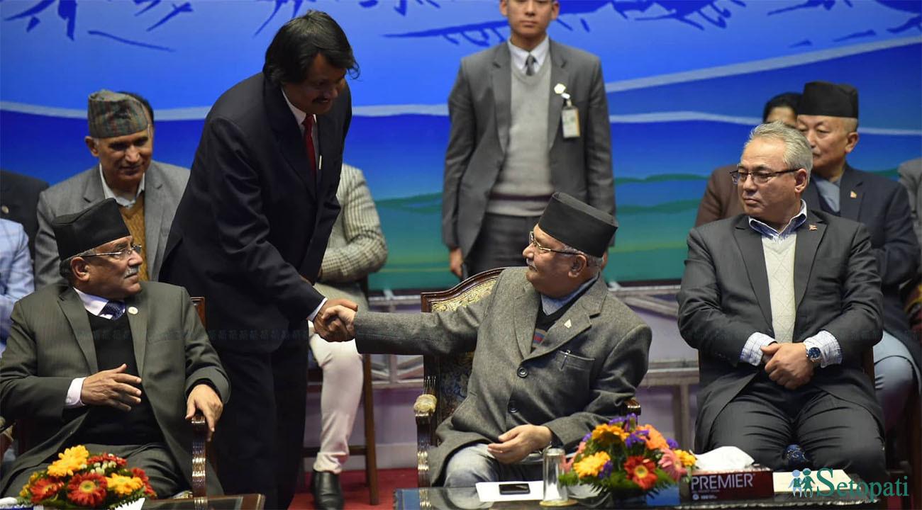 शुक्रबार राष्ट्रिय सभागृहमा सम्बोधनपछि प्रधानमन्त्रीसँग हात मिलाउँदै सिके राउत।  तस्बिर : नारायण महर्जन/सेतोपाटी