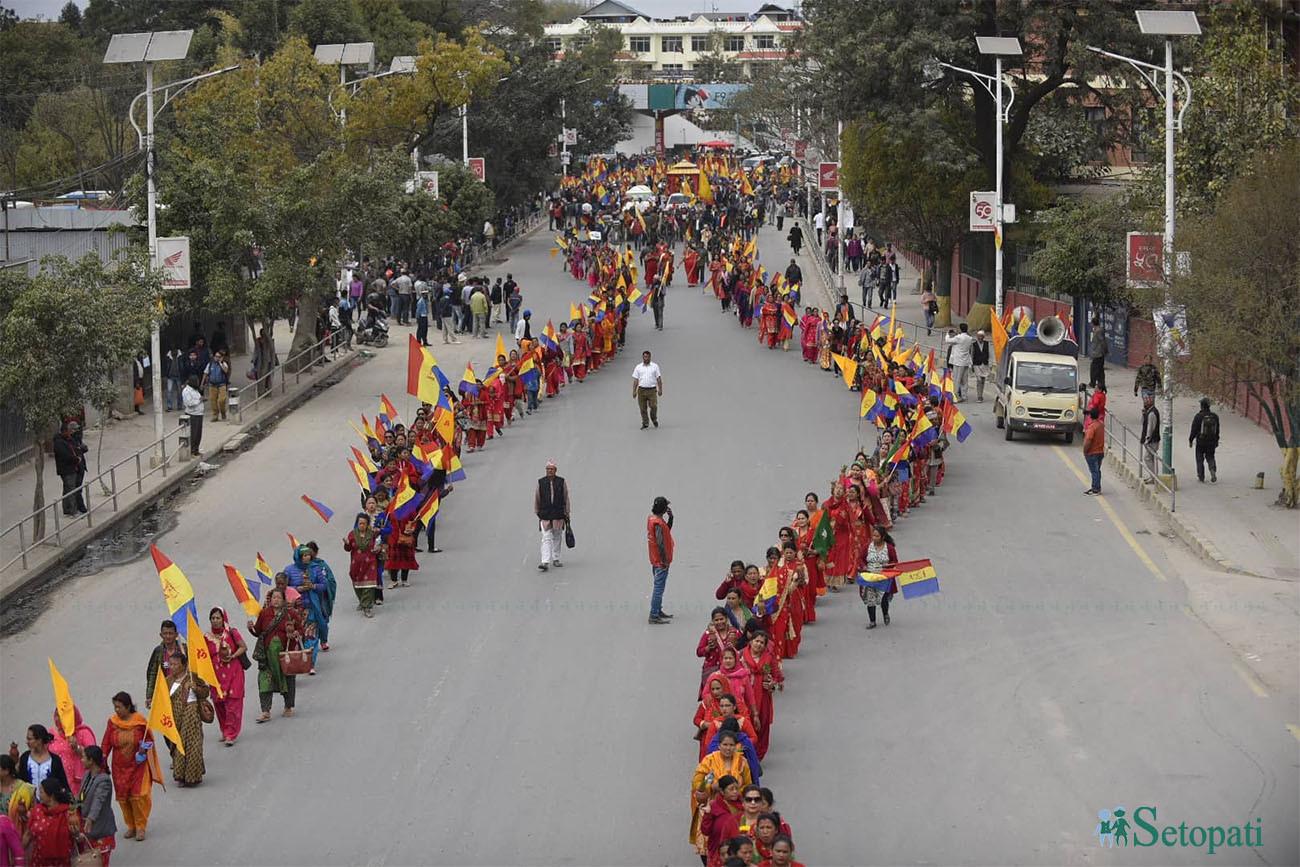 शक्ति प्रदर्शनका क्रममा र्यालीमा सहभागी राप्रपाका कार्यकर्ताहरू। तस्बिरः नारायण महर्जन