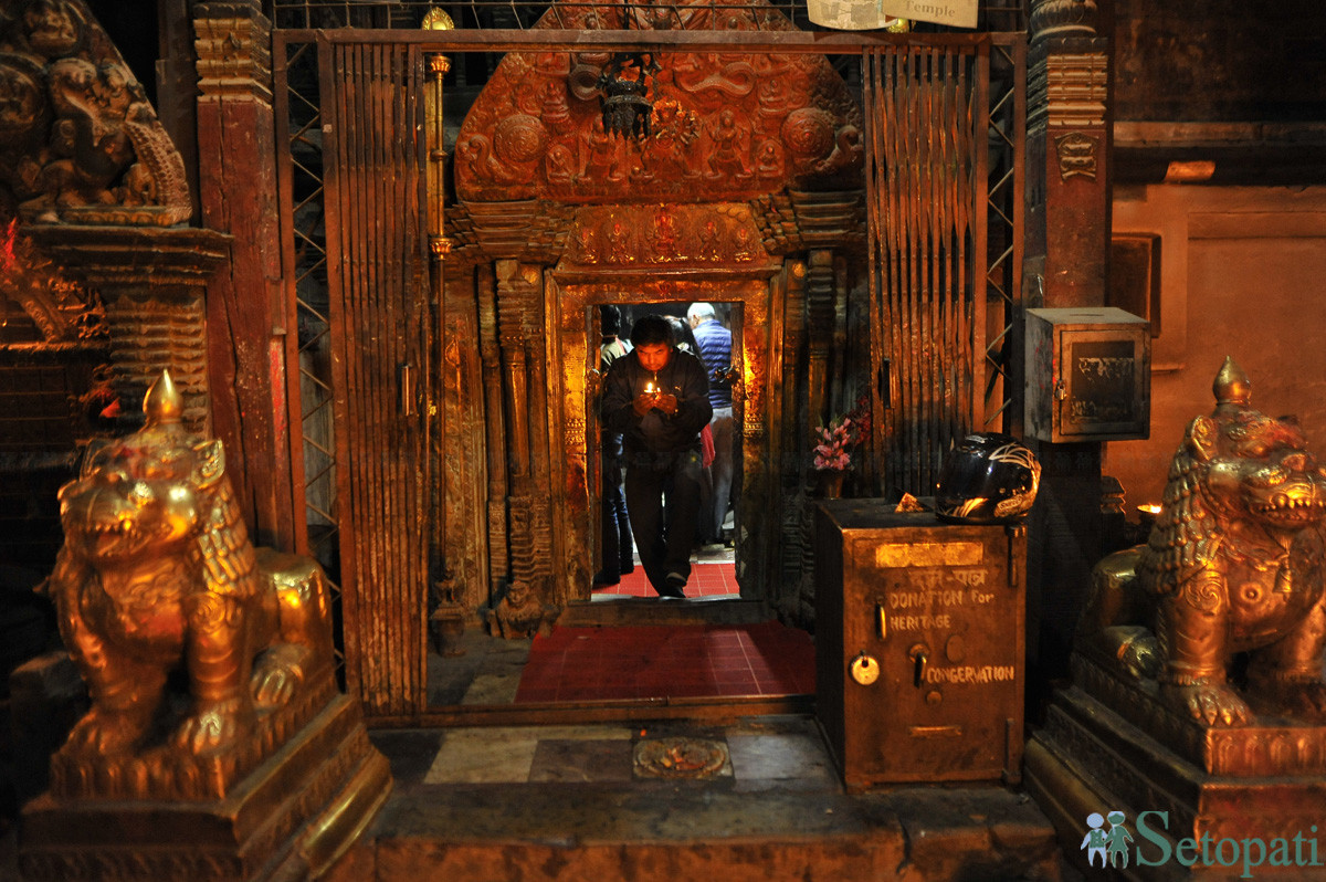 कीर्तिपुरस्थित बाघ भैरव मन्दिरमा पूजा गरेर फर्कदै एक भक्तजन। तस्बिरः नारायण महर्जन