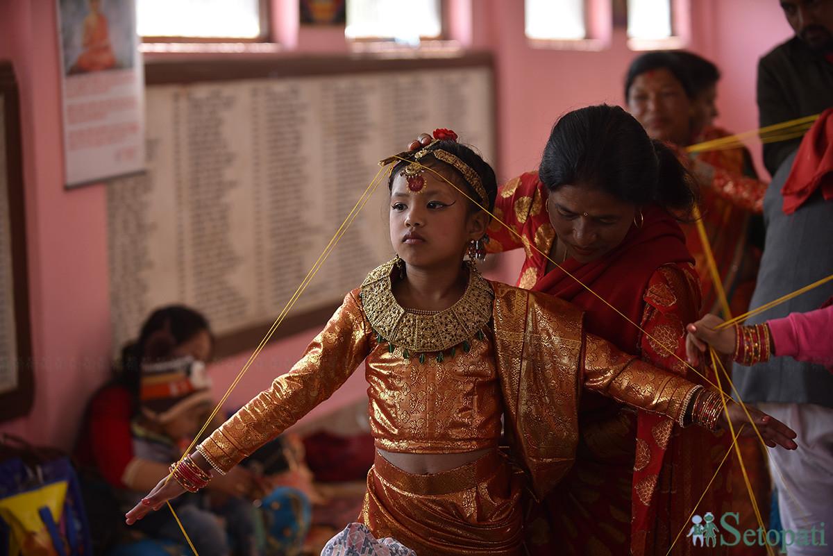 नेवारी समुदायमा हुने इहि पूजाका लागि बालिकालाई तयार गर्दै पूजारी। तस्बिरः नारायण महर्जन
