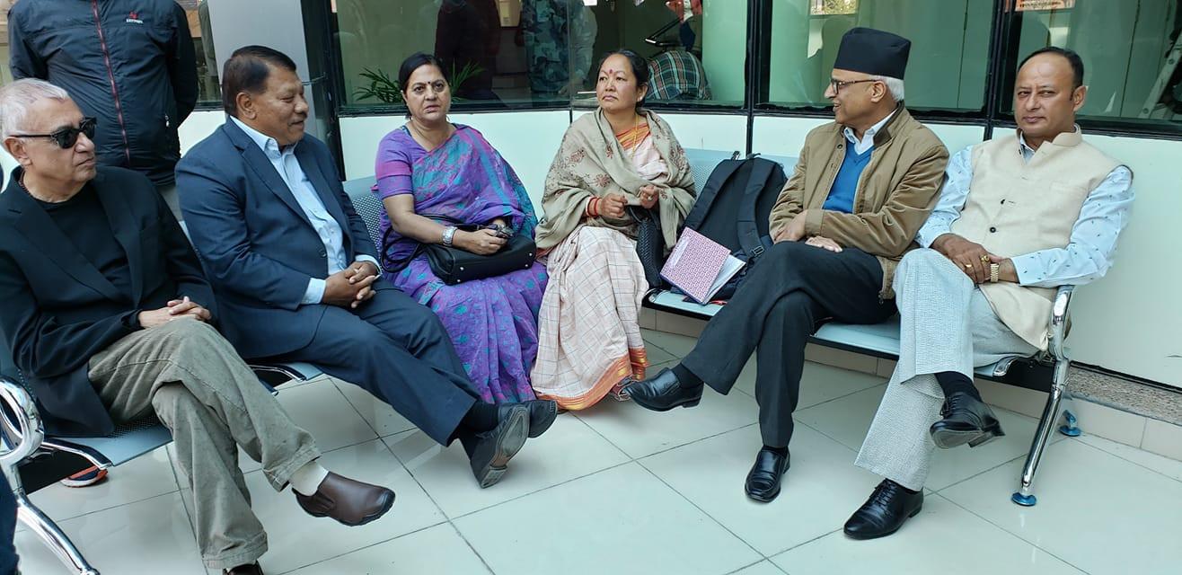 उपचाररत नेता सिटौलालाई भेट्न अस्पताल पुगेका कांग्रेस नेताहरु। तस्वीर: युपी लामिछाने