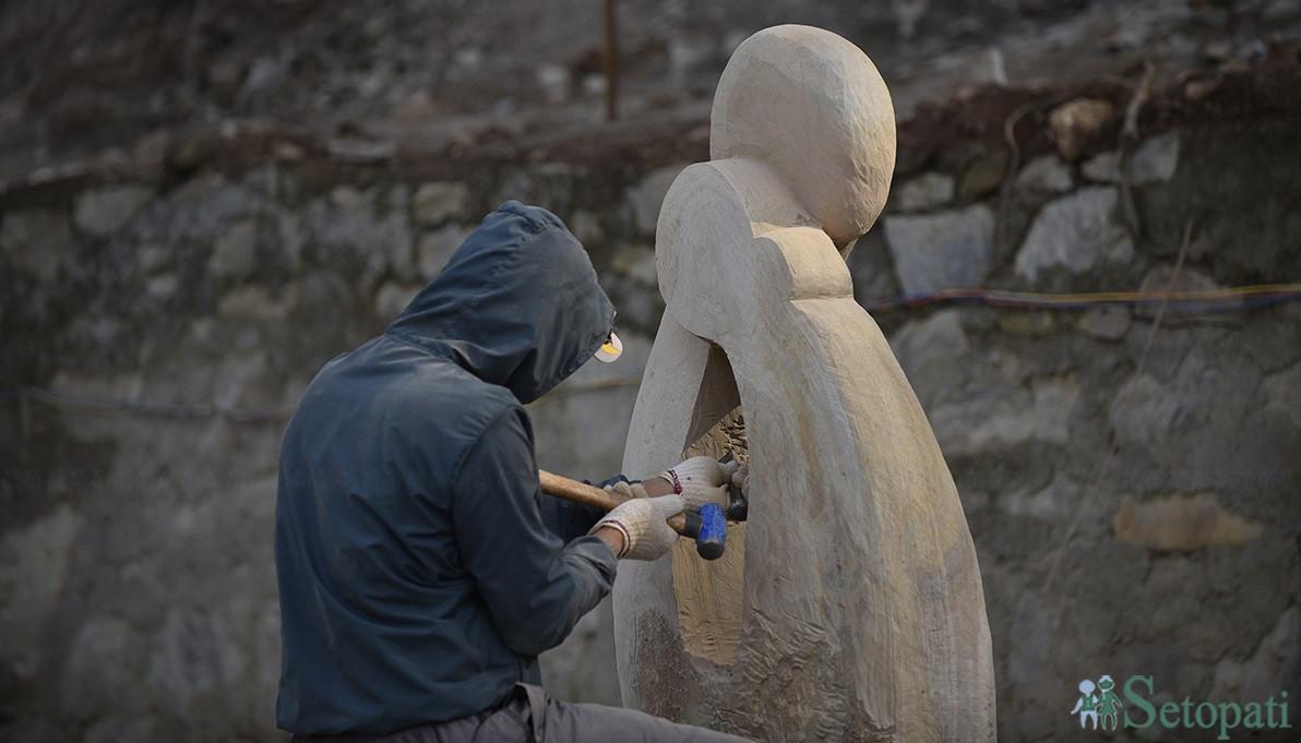 आलिंगनबद्ध महिला-पुरूषको आकृति बनाउँदै मूर्तिकार भीम श्रेष्ठ। तस्बिरः नारायण महर्जन/सेतोपाटी