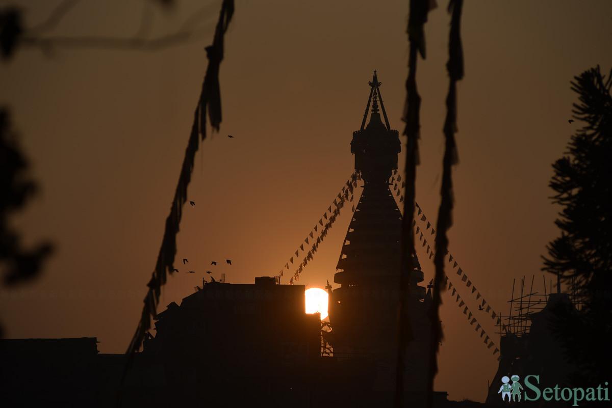राजधानीको स्वयम्भुबाट नयाँ वर्षका दिन उदाउँदै गरेको सूर्य। तस्बिरः नारायण महर्जन