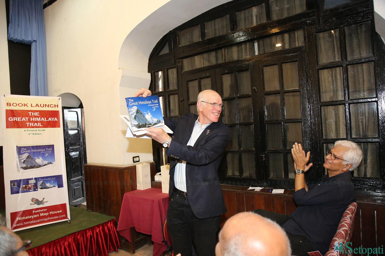ग्रेट हिमालय ट्रेलको तस्बिर पुस्तक सार्वजनिक गर्दै रोबिन। तस्बिरः सेतोपाटी