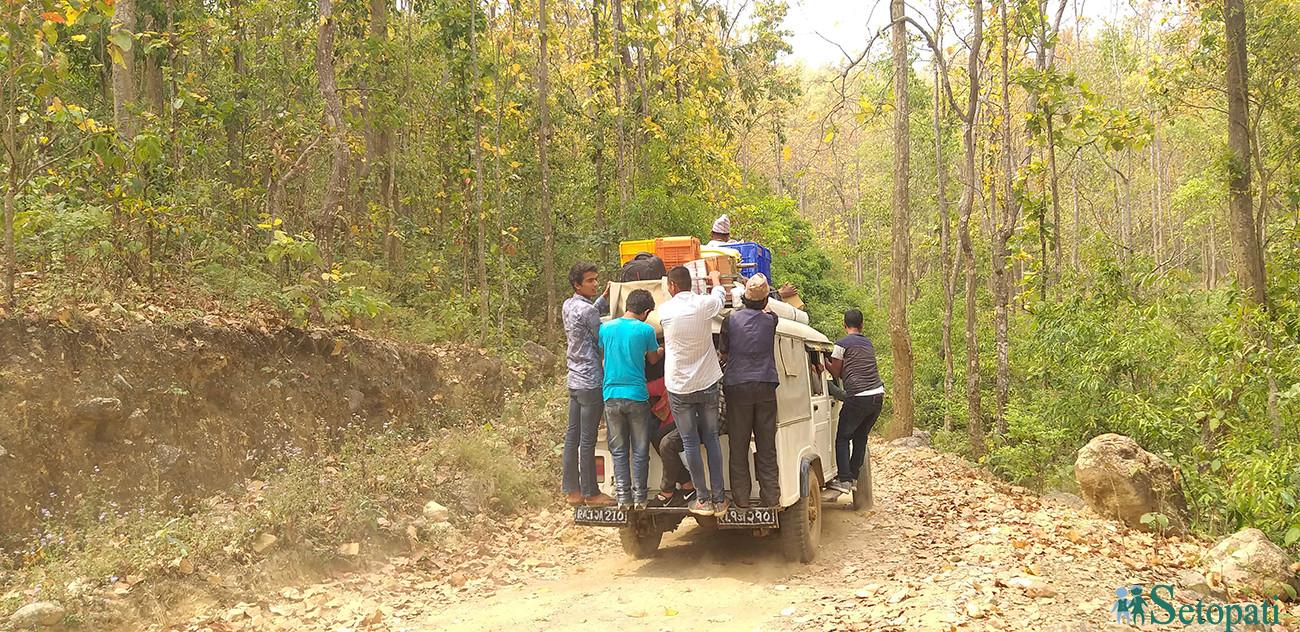 दाङको तुलसीपुर ४ घोरर्नेटी सडक खण्डमा यात्रारत यात्रु । सिमित जीप मात्रै यो रुटमा संचालन हुने हुँदा यात्रु यहाँ जोखिमयुक्त यात्रा गर्न बाध्य छन् ।  तस्विर – नारायण खड्का ।