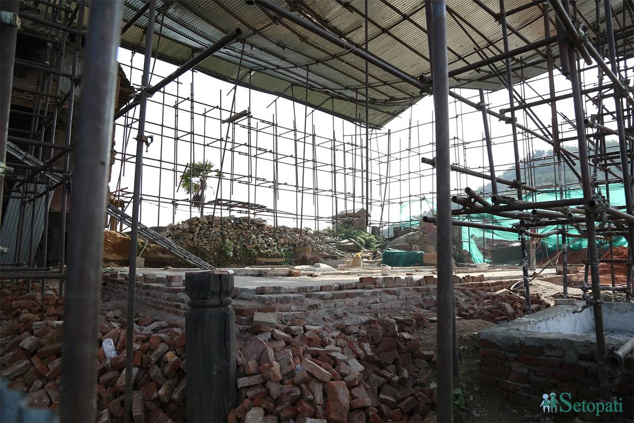 भूकम्पपछिको पुनर्निर्माणको क्रममा रहेको गोरखाको प्रसिद्ध गोरखा दरबारको भग्नावशेष। तस्बिरः निशा भण्डारी